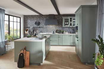 Nobilia Cascada 776 Schilf Landhausküche mit matt schwarzer Dunstabzugshaube