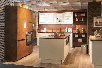 Nolte Küche Lux/Ferro Weiß Hochglanz kombiniert mit Cortenstahl ausgestattet mit Muldenlüfter, 90 cm hohe Unterschrankkorpen für extra viel Stauraum Koje 38