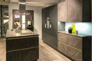 WERT-KÜCHE Tabea/Bionda Marmor Scuro Nachbildung kombiniert mit Lavaschwarz satin moderne Küche mit Orgawall, großer Kochinsel und Seitenschränken mit elektronischer Öffnungsunterstützung Koje 92