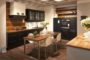 Nobilia Sylt Lack Schwarz matt kombiniert mit Balkeneiche Nachbildung moderne Landhausküche mit Sitzgelegenheit für 4 Personen Koje 51
