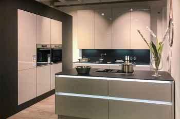 Interliving Küche Serie 3610 Platingrau Hochglanz mit Griffmuldenbeleuchtung in versch. Weißtönen und Blau sowie extra hohen Hängeschränken Koje 09