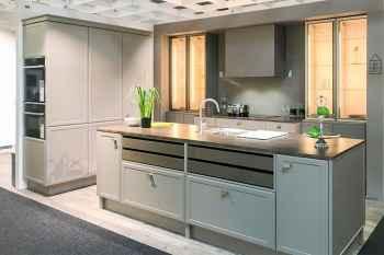 Interliving Küche Serie 3680 Lack Lava softmatt ausgestattet mit großen, beleuchteten Glasvitrinen, Designauszüge mit Echtholzfronten, seitlich verbauter Backofen Koje 44