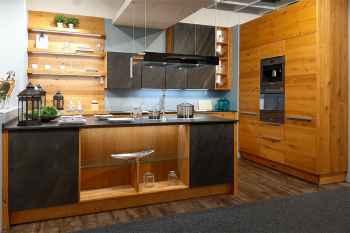 Oster Küche Quantum Wildeiche natur massiv mit Natursteinfront Deep Black Dekton Arbeitsplatte Sirius 12 mm ausgestattet mit hochwertigen MIELE Einbaugeräten Koje 45