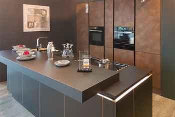 Nolte Küche Flair/Ferro Schwarz mit Kanten in Messing Optik kombiniert mit Cortenstahl Echtmetall die Fronten der Hochschränke sind magnetisch Koje 04