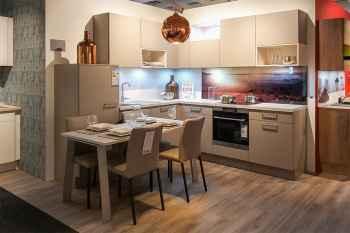 Nolte Küche Feel Sahara softmatt kombiniert mit Kiruna Birke Nachbildung das Fotomotiv der Nischenrückwand ist frei wählbar Koje 18