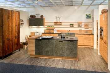 Oster Küche Quantum Kernbuche natur massiv kombiniert mit Natursteinfront Smokey Black mit Natursteinarbeitsplatte Nero Assoluto Koje 49