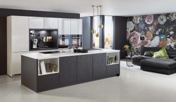 Nobilia Flash Alpinweiß kombiniert mit Kücheninsel in Structura Eiche Nero Nachbildung