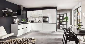 Nobilia Flash Alpinweiß Hochglanz edle Winkelküche mit schwarz eloxierten Griffmulden und satinierten Glasoberschränken