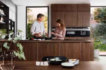 Nobilia Riva Nussbaum Nachbildung Paar beim Kochen