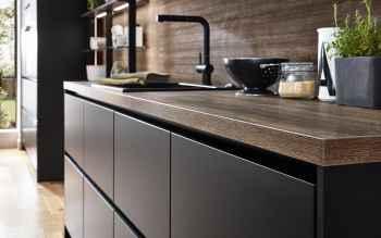 Nobilia Touch Schwarz supermatt eine harmonische Kombination von rustikaler Holzoptik und supermatten grifflosen Fronten