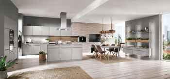 Nobilia Touch Steingrau supermatt moderne Küchenplanung mit Kochinsel, beleuchteten Stollenregalen und Essbereich