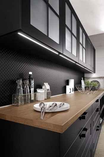 Nobilia Sylt Lack Schwarz matt integrierte LED-Lichtleisten in den Oberschränken